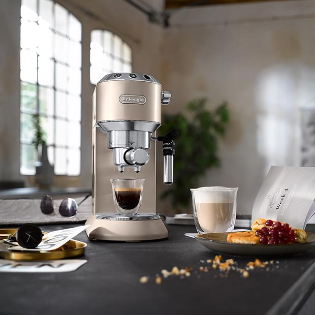 מכונת קפה דלוגני Dedica Metallics EC785.BG אווירה